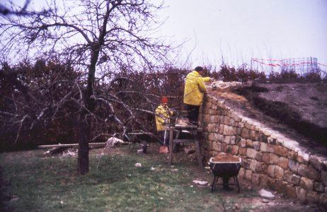 Die Mauer wird von einem griechischen ABM-Mitarbeiter erstellt